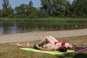 zonnen zwemwater